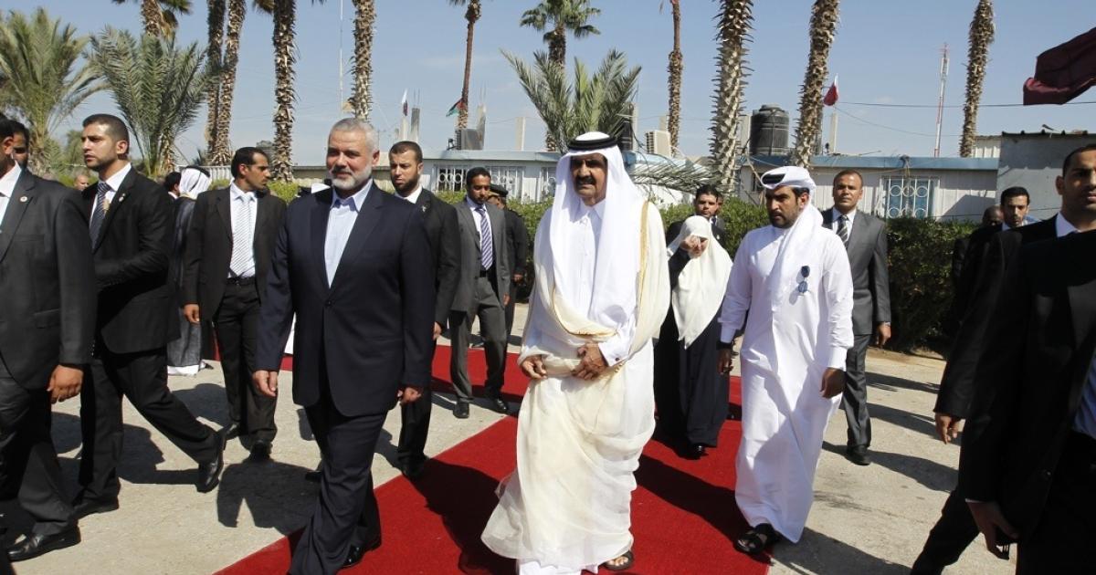 Qatari Emir  Sheikh Hamad bin Khalifa al-Thani walks alongside Gaza's Hamas Prime Minister Ismail Haniya.</p>