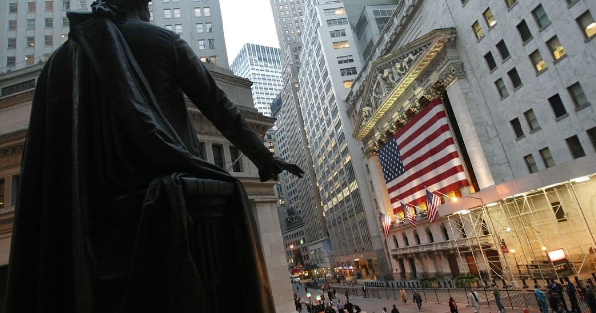 A statue of George Washington is seen in front of the New York Stock Exchange October 17, 2007 in New York City.</p>