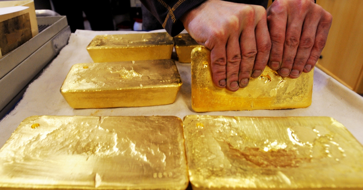An Austrian worker handles ten kilogram 'raw' gold bars in Austrian gold bullion factory Oegussa in Vienna on Oct. 8, 2008. Oegussa announced that it has increased its production tenfold as the global financial crisis pushes investors toward a precious metal seen as a safe haven during economic turmoil.</p>