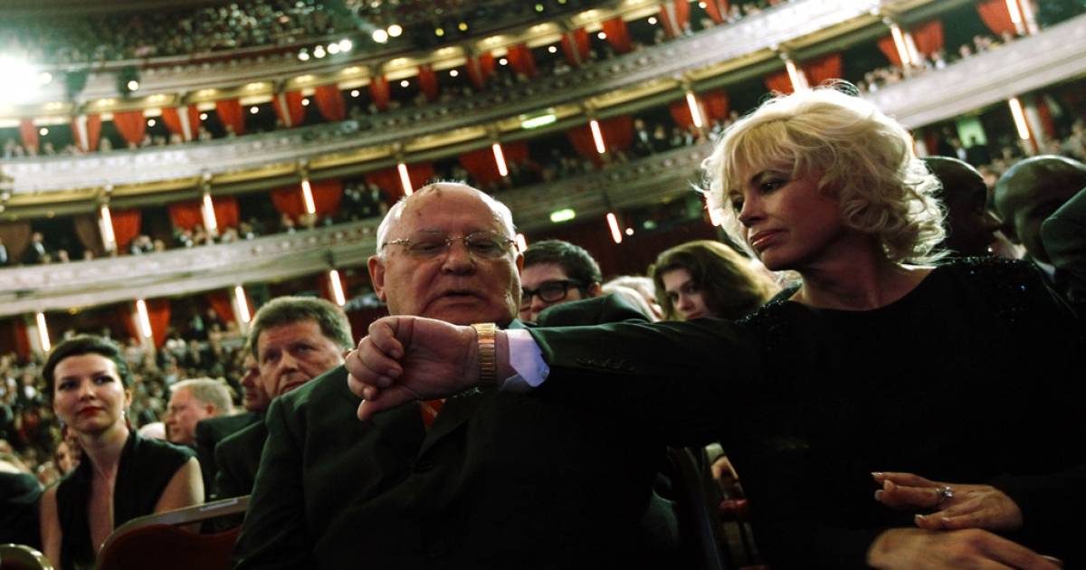 Former Soviet leader Mikhail Gorbachev (C) sits beside his daughter Irina Virganskaya (R) while awaiting the start of a gala, a celebration of his 80th birthday at the Royal Albert Hall in London, on March 30, 2011.</p>