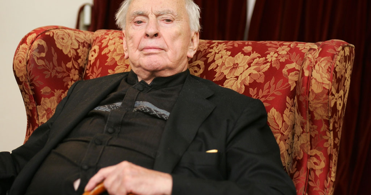 This file photo taken on October 5, 2006 shows US author Gore Vidal posing for a photo in his Los Angeles home. Vidal, the iconoclastic commentator on American life and history in works like 'Lincoln' and 'Myra Breckenridge,' died at age 86, the Los Angeles Times reported on July 31, 2012.</p>