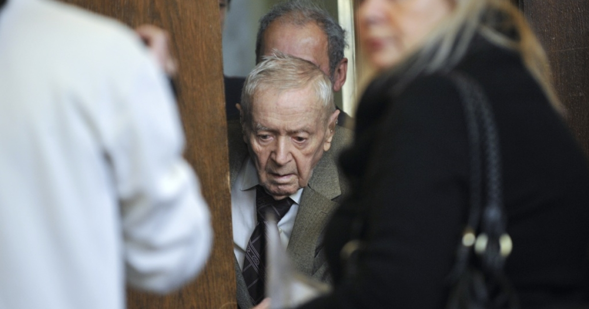 Hungarian Sandor Kepiro arrives in the courtroom of Budapest Municipal Court on May 5, 2011 prior to his trial, indicted by the Simon Wiesenthal Center's information. 97-year-old Sandor Kepiro is charged with 'complicity in war crimes' in Serbia in 1942.</p>