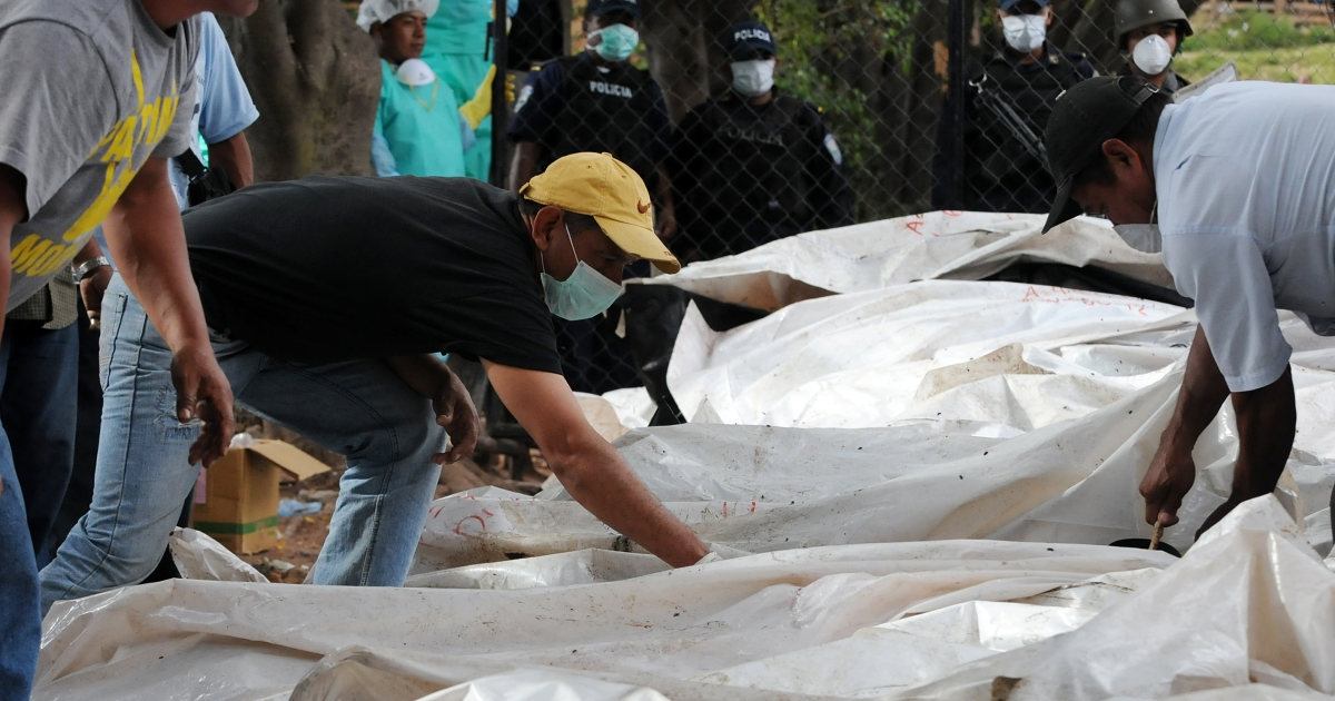 Relatives of the victims of the prison fire in Comayagua, who trespassed the security cordon, attempt to find the corpses of their beloved ones on Monday outside the Judicial Morgue premises in Tegucigalpa.</p>