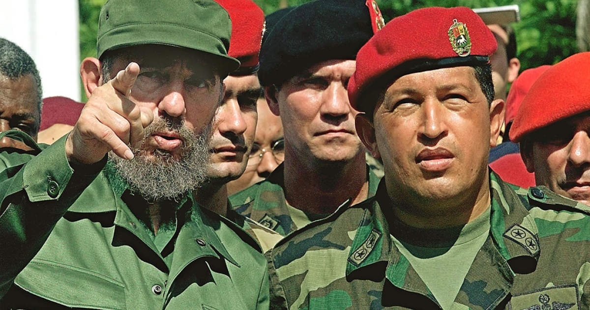 Cuban President Fidel Castro (L) talks with Venezuelan President Hugo Chavez (R) during their visit to the unknown soldier monument in Campo Carabobo, Valencia, Venezuela, October 29, 2000. Castro was on a 5-day official visit to Venezuela.</p>
