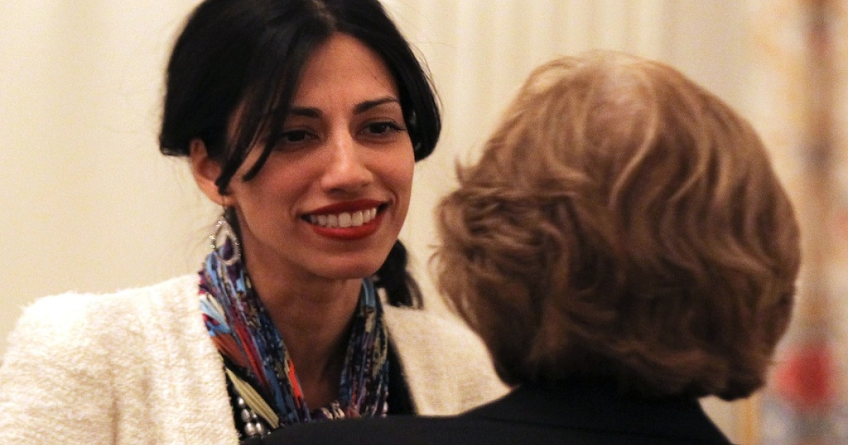 Huma Abedin (L), aide of U.S. Secretary of State Hillary Clinton and wife of former Rep. Anthony Weiner (D-NY), talks with a guest during an Iftar dinner in the State Dining Room of the White House August 10, 2011 in Washington, DC.</p>