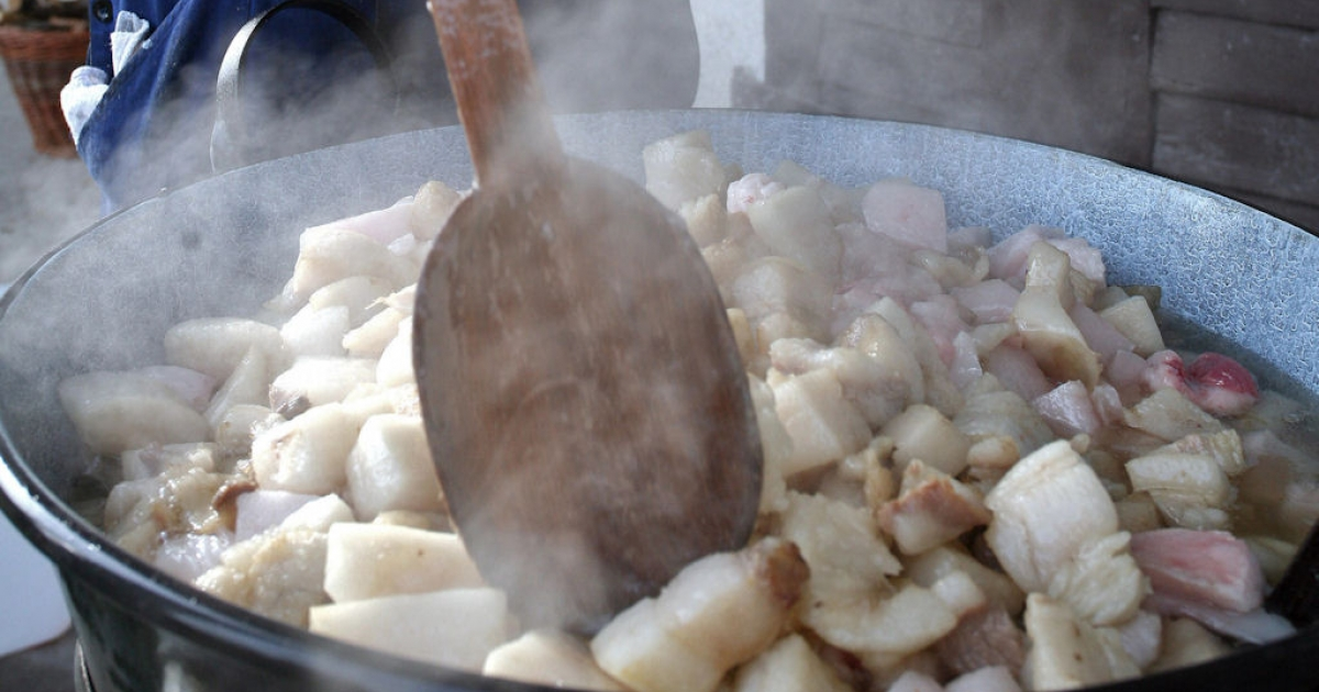 Pork lard cooks on a traditional family pig butchering day on a farm in Makad, Hungary on Jan. 26, 2008.</p>