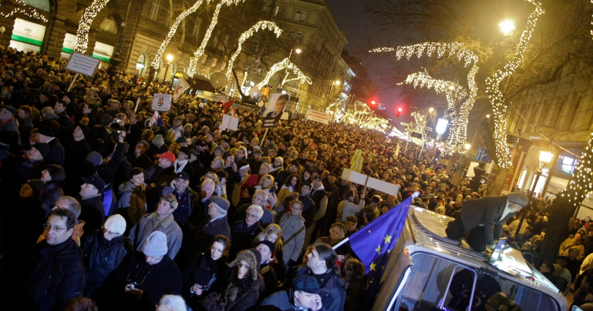 Tens of thousands protested against Hungary's new constitution which critics said curbed democracy, in front of the Opera in Budapest on January 2, 2012.</p>