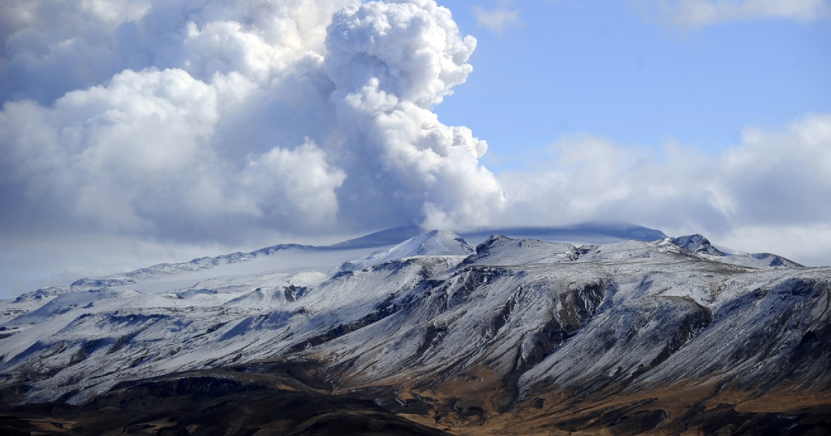 Smoke and ash bellow from Eyjafjallajokull volcano as it is seen from Hvolsvollur, Iceland.</p>