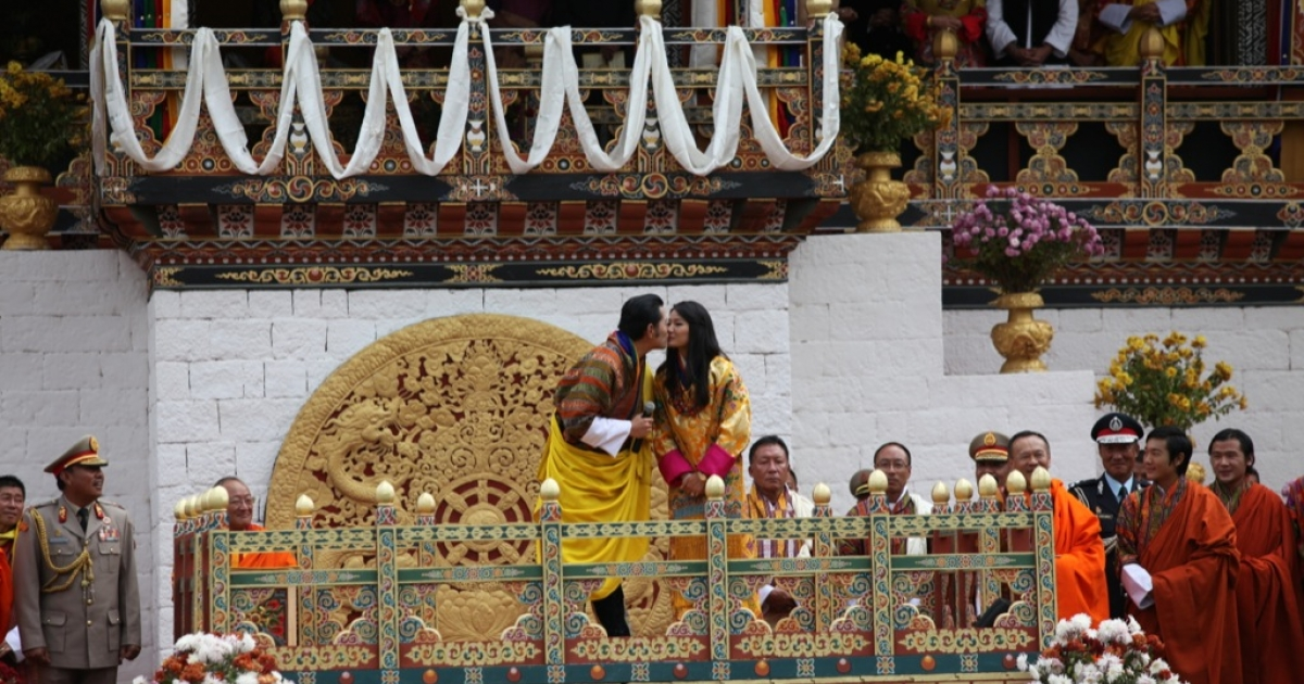 Bhutan's royal newlyweds seal their marriage with their first public kiss in the Changlimithang archery stadium. Oct. 15, 2011.</p>