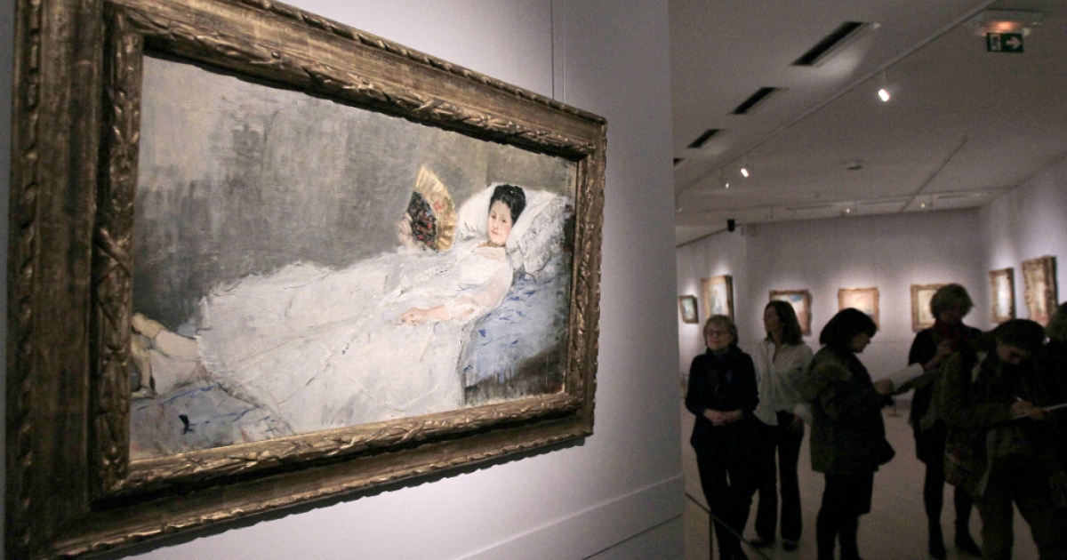 Visitors visit the retrospective dedicated to the French impressionist artist Berthe Morisot (1841-1895) at Marmottan-Monet Museum in Paris on March 7, 2012. Foreground, 'Portrait de Mme Hubbard'.</p>