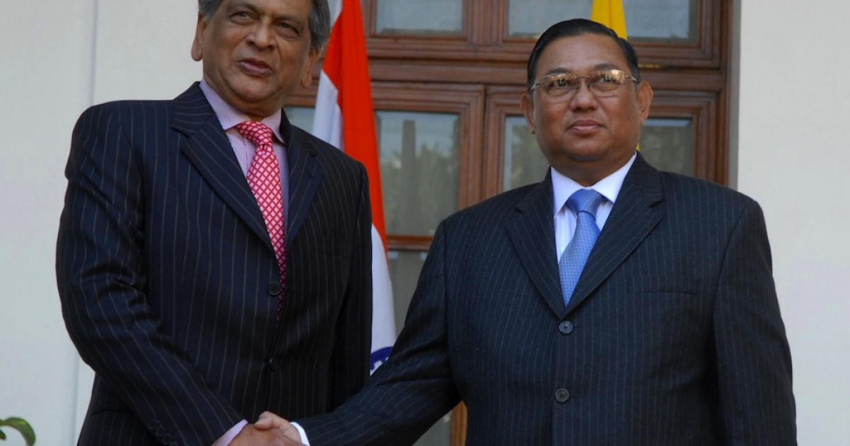 Indian minister of external affairs S.M. Krishna (L) shakes hands with Myanmar foreign minister Wunna Maung Lwin (R) during a meeting in New Delhi on Jan. 24, 2012.</p>