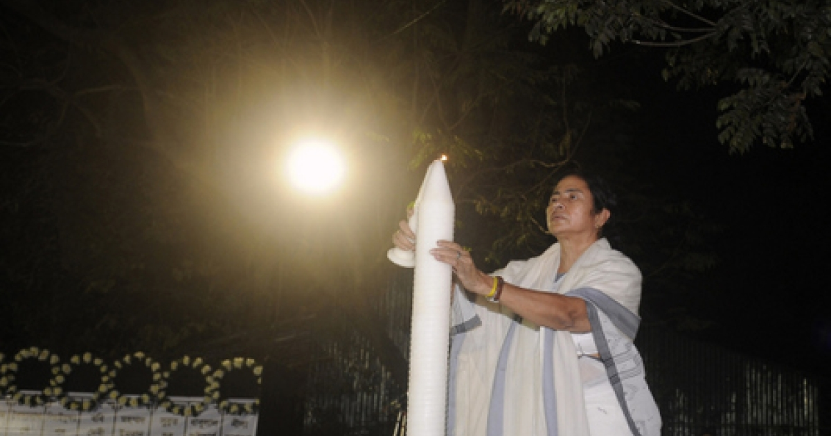 The chief minister of the state of West Bengal, Mamata Banerjee, hods a candle as she pay her respects to the people who lost their lives in the recent fire at the Advanced Medicare And Research Institute (AMRI) hospital in Kolkata,  on December 12, 2011. Nearly 90 people were killed when a fire engulfed patients at a hospital on December 9 in the eastern Indian city of Kolkata, with officials accusing senior staff of abandoning those in their care.</p>