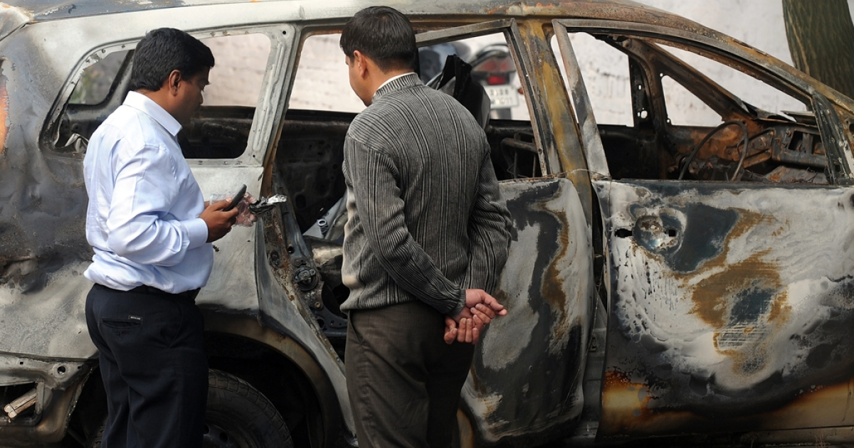 Investigators at Tughlaq Road police station inspect a vehicle that exploded near the Israeli embassy in New Delhi on February 14, 2012.  The blast that badly wounded an Israeli diplomat February 13 was a terrorist attack by a highly-trained operative, the Indian government said February 14, as Israel accused Iran of being responsible.  AFP PHOTO / Prakash SINGH</p>
