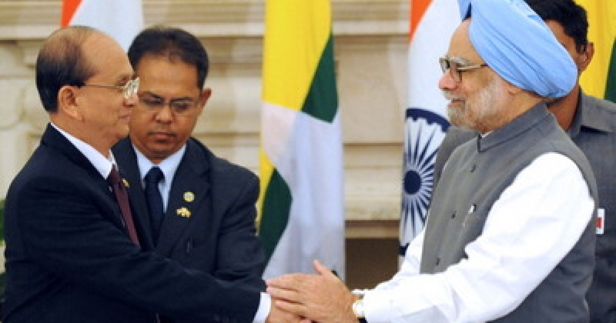Indian Prime Minister Manmohan Singh (R) shakes hands with  Myanmar President U Thein Sein after a signing of agreements at Hyderabad House in New Delhi on October 14, 2011. India rolled out the red carpet for Myanmar President Thein Sein, on a visit that followed his government's release of 200 political detainees -- the latest in a series of reformist moves.</p>