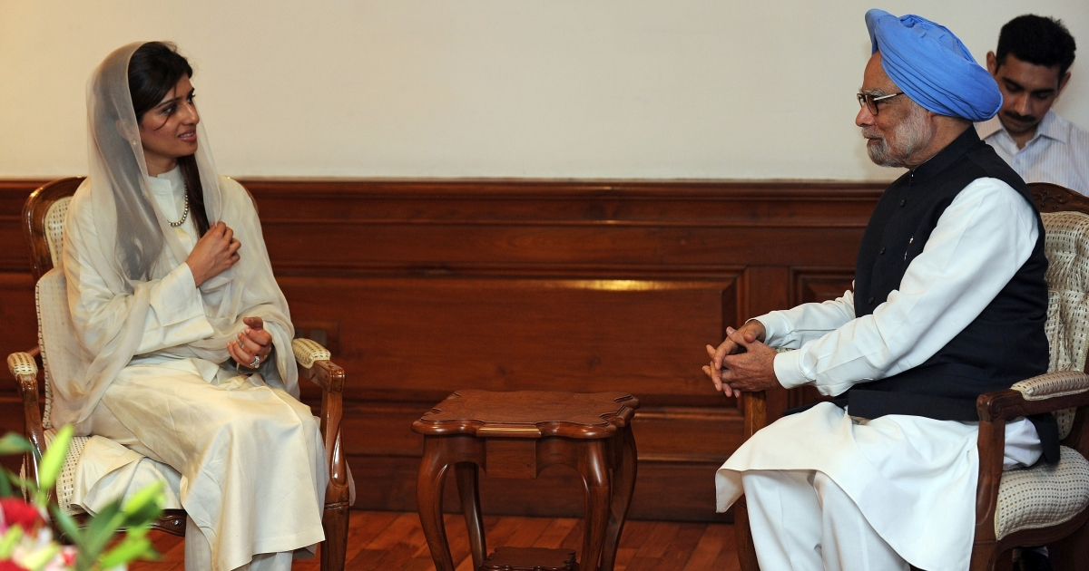Pakistani Foreign Minister Hina Rabbani Khar talks with Indian Prime Minister Manmohan Singh during a meeting in New Delhi on July 27, 2011 as India and Pakistan hold rare talks.</p>