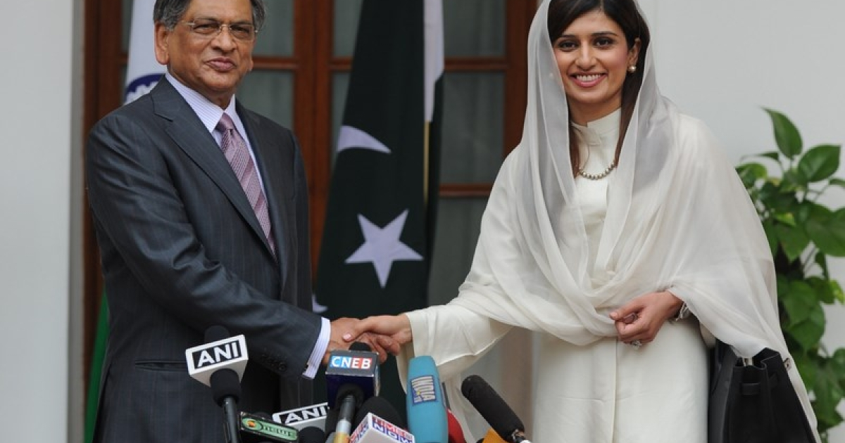 Pakistan Foreign Minister Hina Rabbani Khar (R) shakes hands with Indian Foreign Minister S. M. Krishna (L) prior to a meeting in New Delhi on July 27, 2011. India and Pakistan's foreign ministers were set to hold their first talks in a year, looking to breathe fresh life into a peace process still stifled by the trauma of the 2008 Mumbai attacks. India suspended contacts with its arch-rival after the attacks and their peace dialogue has struggled to gain any real traction since its formal resumption earlier this year in an atmosphere of mutual recrimination and mistrust.</p>