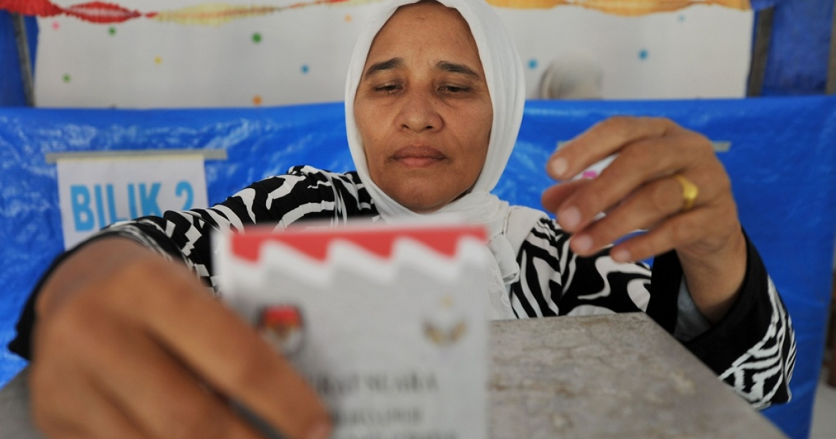 An Acehnese woman votes during the province's second election in Banda Aceh on Apr. 9, 2012</p>