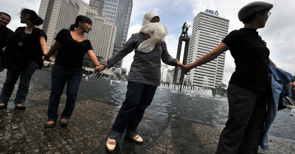 Indonesians from various religions hold hands together in downtown Jakarta on Jan. 7, 2011, as they condemn a bloody religious clash, involving more than 1,000 Muslims who stormed a house in West Java to stop the minority Ahmadiyah Islamic sect from holding worship.</p>