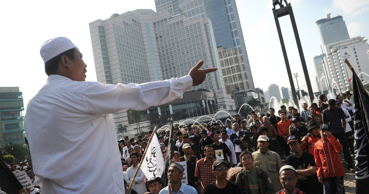 Hundreds of Indonesian Islamists, some carrying banners saying