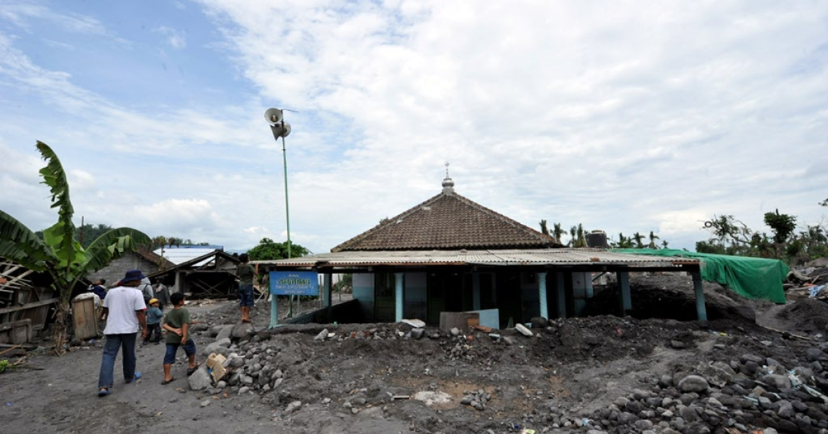 Houses buried under volcanic debris stand in Jumoyo, Magelang in Central Java on January 30, 2011. At least one hundred houses were swept away or buried by volcanic mudflow following heavy rains that carried debris from Merapi volcano. Disaster management officials said they had recorded 353 deaths and many of those were buried under fast-flowing torrents of boiling hot gas and rock that incinerated villages on the southern slopes when the volcano exploded on November 5, its biggest eruption in over a century.</p>