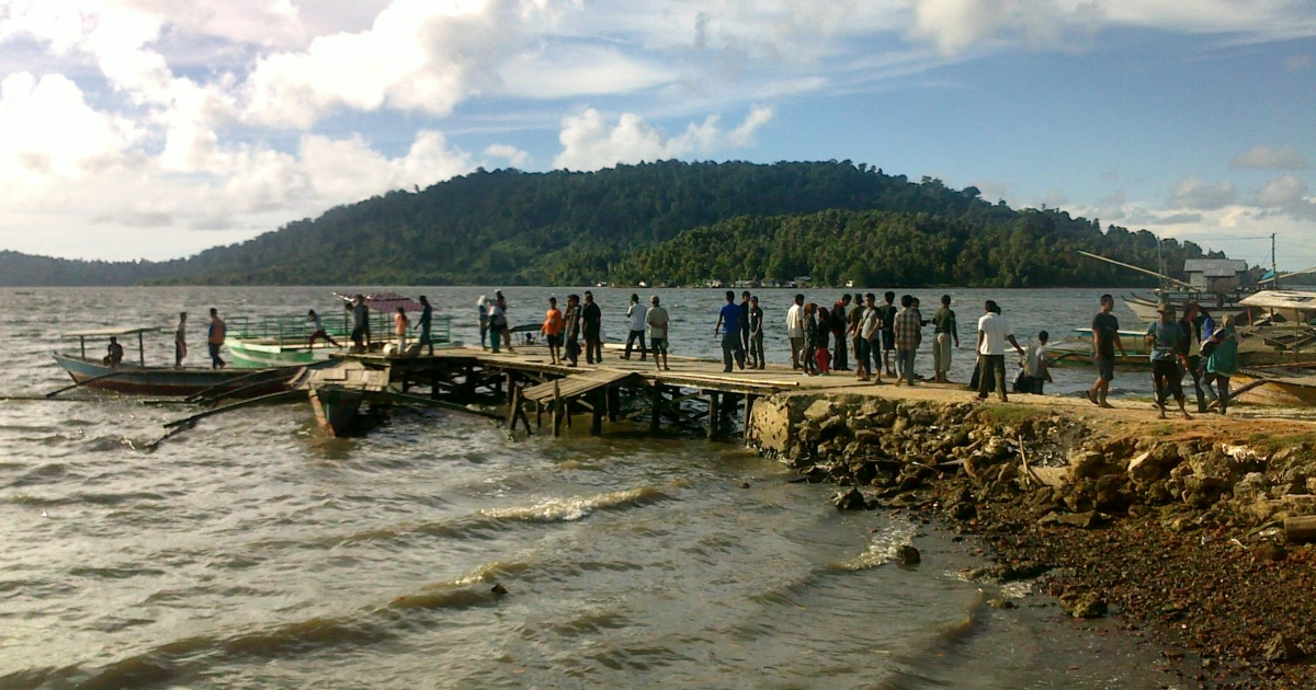Residents of the remote Simeuleu island near Aceh observe the sea level in their bay on April 11, 2012, after a powerful earthquake hit the western coast of Sumatra in Aceh province on April 11, 2012. A massive earthquake struck off Indonesia's Sumatra island, US and Indonesian monitors reported, prompting an Indian Ocean-wide tsunami alert.</p>