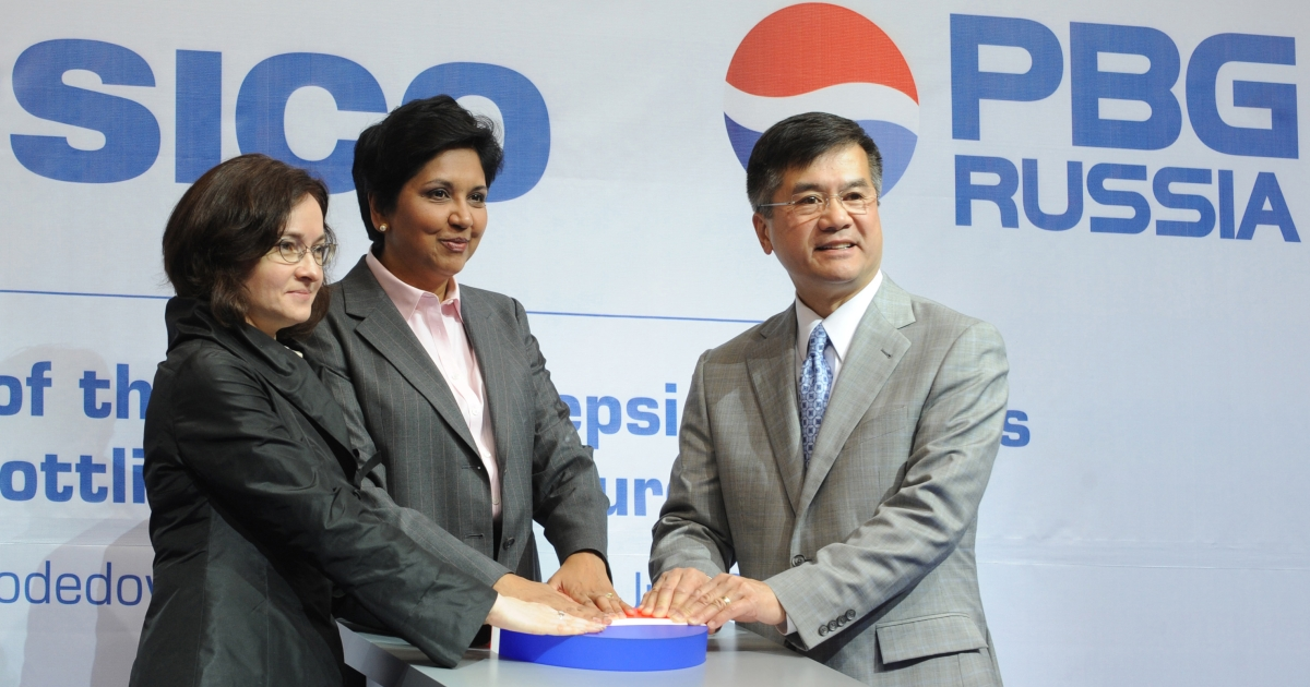 US Secretary for Commerce Gary Locke (R), CEO of PepsiCo Indra Nooyi (C) and Russian Economic Development Minister Elvira Nabiullina (L) push the symbolic start button at the opening of a PepsiCo bottling plant in Russia on July 8, 2009.</p>