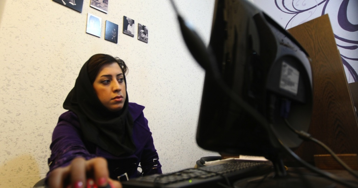 An Iranian woman surfs the Internet at a cyber cafe in central Tehran on January 24, 2011.</p>