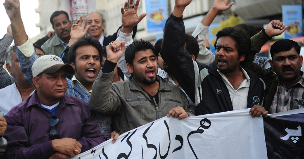 Pakistani journalists shout slogans against the killing of media persons, in bomb attacks in Quetta, at a protest in Karachi on January 11, 2013.</p>