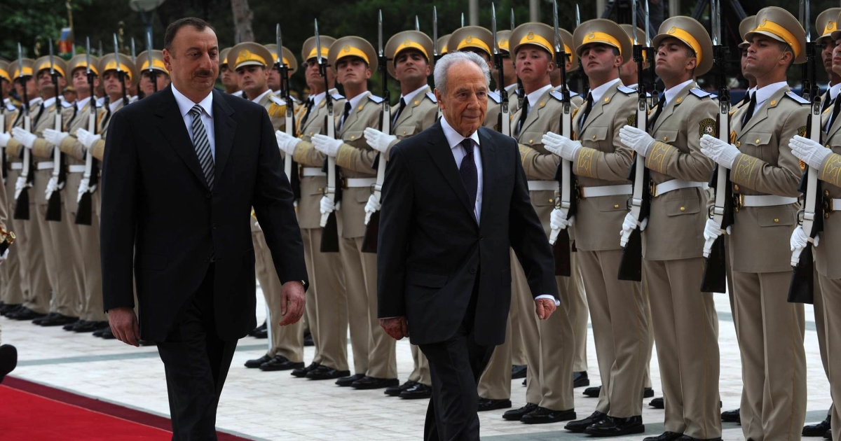 Israeli President Shimon Peres (R) is welcomed by Azeri President Ilham Heydar oglu Aliyev at the presidential palace in Baku, Azerbaijan in June 2009.</p>