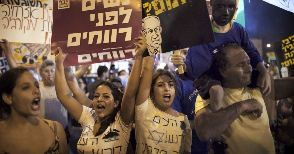Thousands of Israelis demonstrate in the center of the southern Israeli city of Beersheva on Aug. 13, 2011.</p>