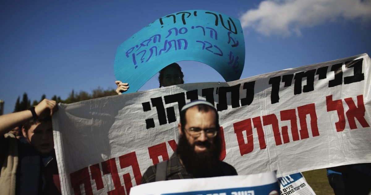 Dozens of Israeli settlers demonstrate in front of the Knesset (Israeli parliament) in Jerusalem on November 7, 2011 against their government's decision to dismantle some of the West Bank settlements. Settlers are protesting and calling for a struggle against the Israeli government's decision to dismantle several settlements by the end of December 2011.</p>