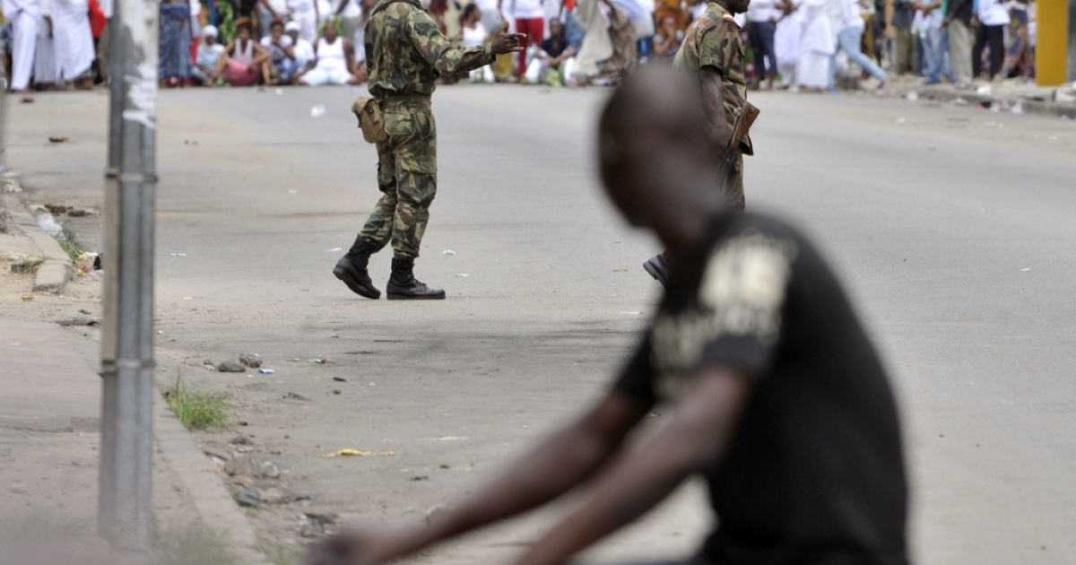 Two Ivory Coast guards prepare to disperse a women's march against Laurent Gbagbo on February 28, 2011 in the Treichville suburb of Abidjan.</p>