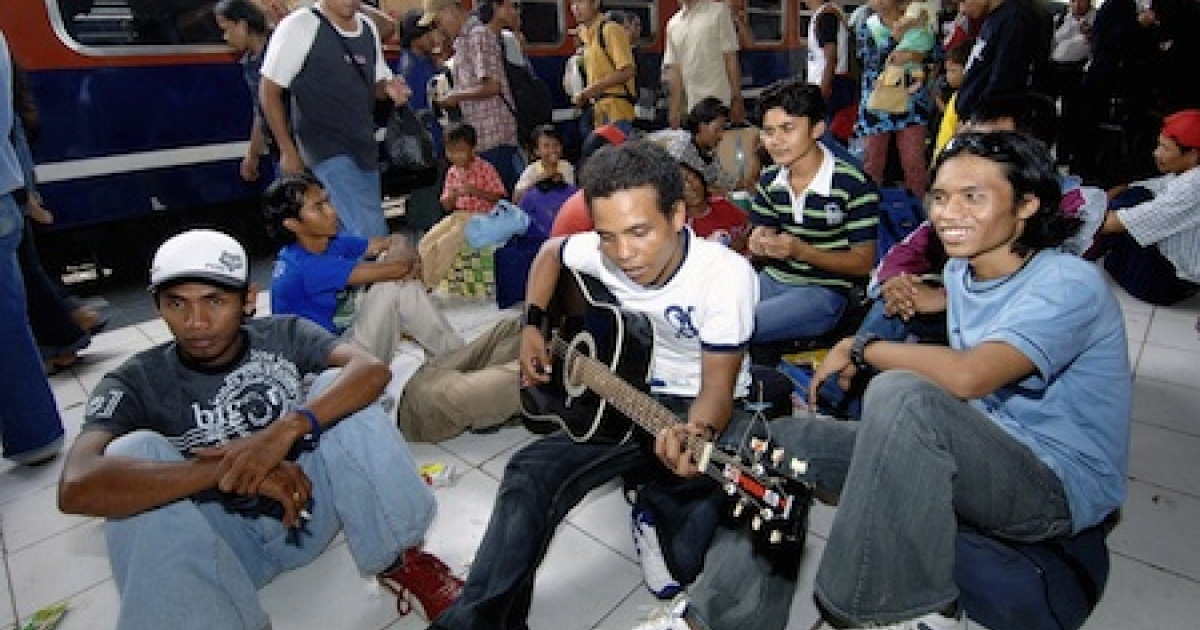 A home-bound Indonesian youth plays the guitar while waiting along with others for their train at a railway station in Jakarta, 31 October 2005, to join families for the upcoming Eid-al-Fitr festival. Millions of Indonesians are expected to travel home back to celebrate Eid-al-Fitr festival, which marks the end of the Muslim's holy fasting month of Ramadan.</p>