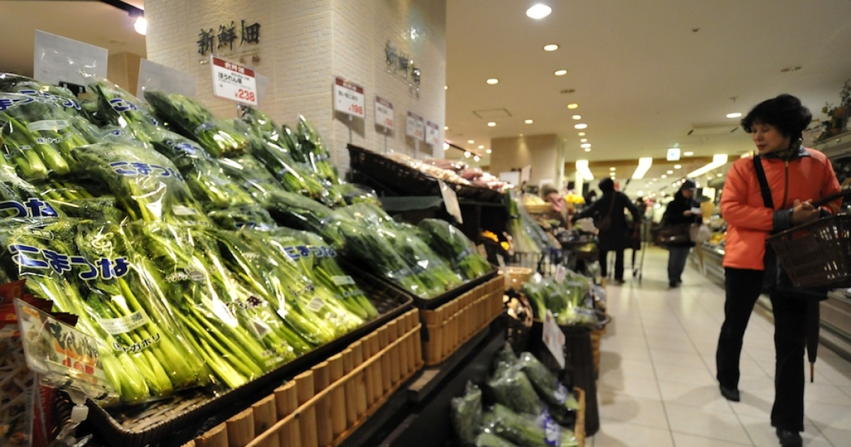 Shoppers check spinach and other vegetables at a supermarket in Tokyo on March 22, 2011, after the government ordered a halt to shipments of certain foods from four prefectures following abnormal radiation levels found in products near the quake-hit nuclear plant in Fukushima prefecture.</p>