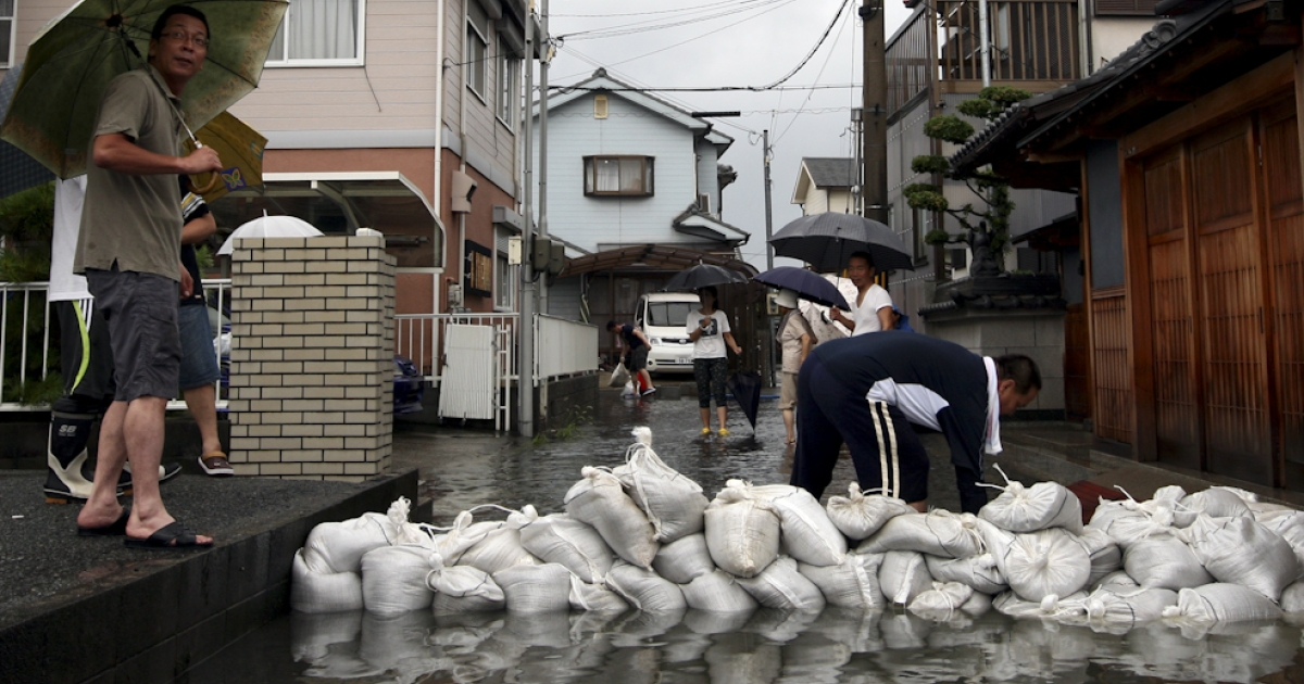 People arrange sandbags in an effort to protect a residential area from floodwater caused by Typhoon Talas at Higashiyama on September 3, 2011 in Himeji, Japan. The Japan Meteorological Agency has issued heavy rain and wind warnings. 30,000 people have been advised to evacuate areas across of Western Japan as the typhoon sweeps in from the Pacific.</p>