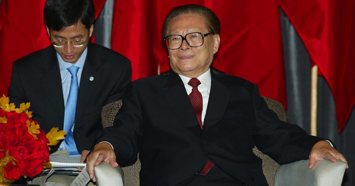 Former Chinese President Jiang Zemin (R) listens to San Francisco Mayor Willie L. Brown, Jr., via an interpreter before a luncheon at the San Francisco International Airport on October 28, 2002.</p>