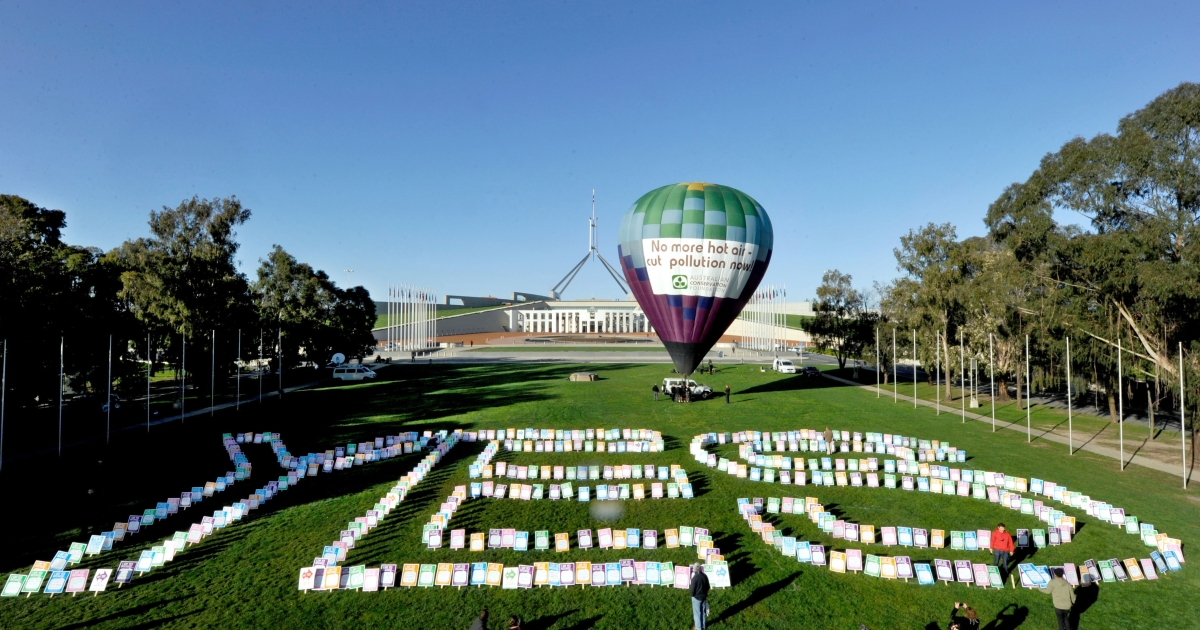 A hot air balloon stands in front of Parliament House during a pro-carbon tax rally in Canberra on October 12, 2011. Australia's lower house on October 12 passed a contentious new tax on carbon pollution.</p>