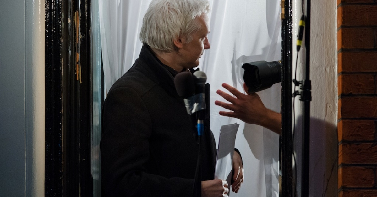Wikileaks founder Julian Assange gestures as he addresses members of the media and supporters from the window of the Ecuadorian embassy in Knightsbridge, west London on Dec. 20, 2012.</p>