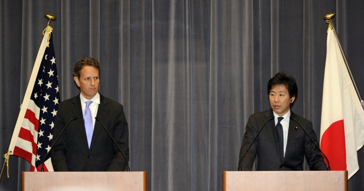 Japanese finance minister Jun Azumi and US treasury secretary Timothy Geithner at their joint press conference in Tokyo, Jan. 12, 2012.</p>