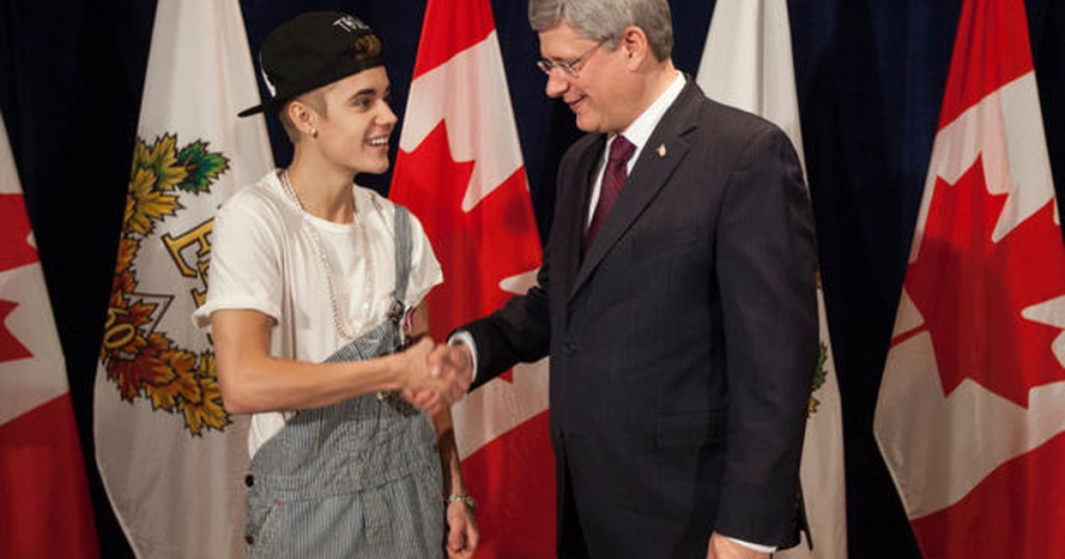 Pop star Justin Bieber receives a Diamond Jubilee Medal from Canadian Prime Minister Stephen Harper on Friday, November 23, 2012, in Ottawa, Ontario.</p>