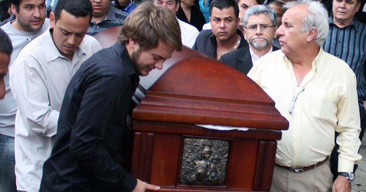 Chilean Consul Fernando Berendique (R) carries, with relatives and friends, the coffin of his daughter Karen Vanessa Berendique, who was shot dead earlier on March 17, 2012, in her car in a confused incident that is being investigated by the prosecution, in Maracaibo, state of Venezuela.</p>