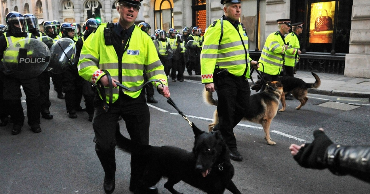 Policedogs keep people inside the kettle at a G-20 protest in London in 2009.</p>