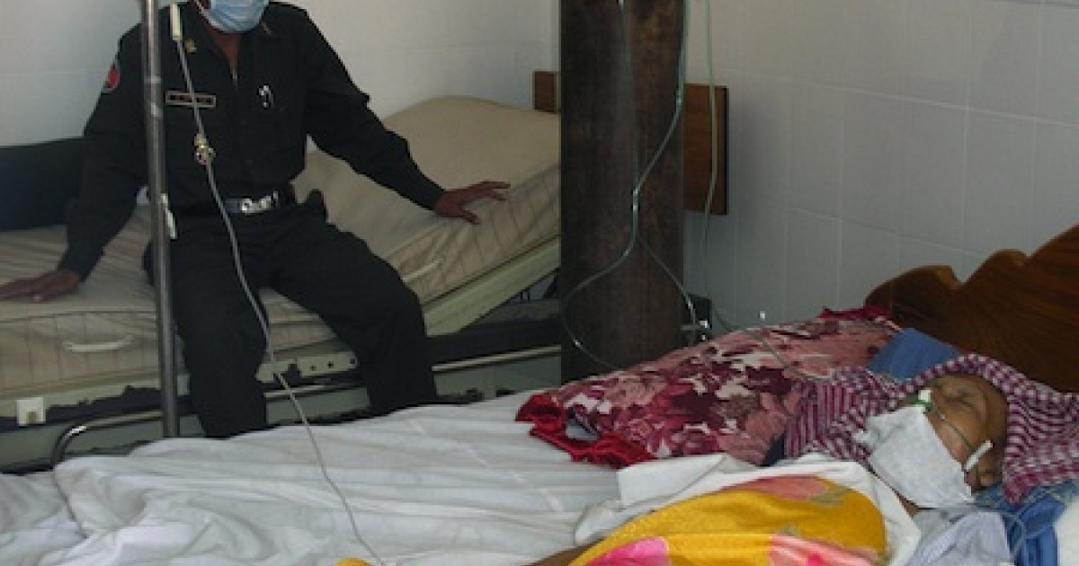 Phnom Penh, CAMBODIA: A Cambodian guard sits near former Khmer Rouge leader Ta Mok who lies in coma at a hospital in Phnom Penh, 16 July 2006. Ta Mok, expected to be the first person indicted for genocide and crimes against humanity died five days later at the age of 80.</p>