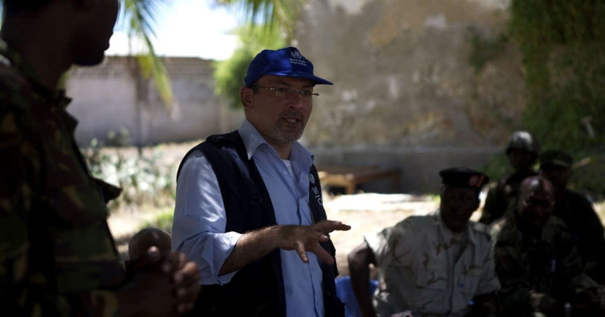 Dr. Omar Saleh, World Health Organization (WHO) emergency coordinator for Somalia, speaks to workers, local people and security officials at Kismayo General Hospital.</p>
