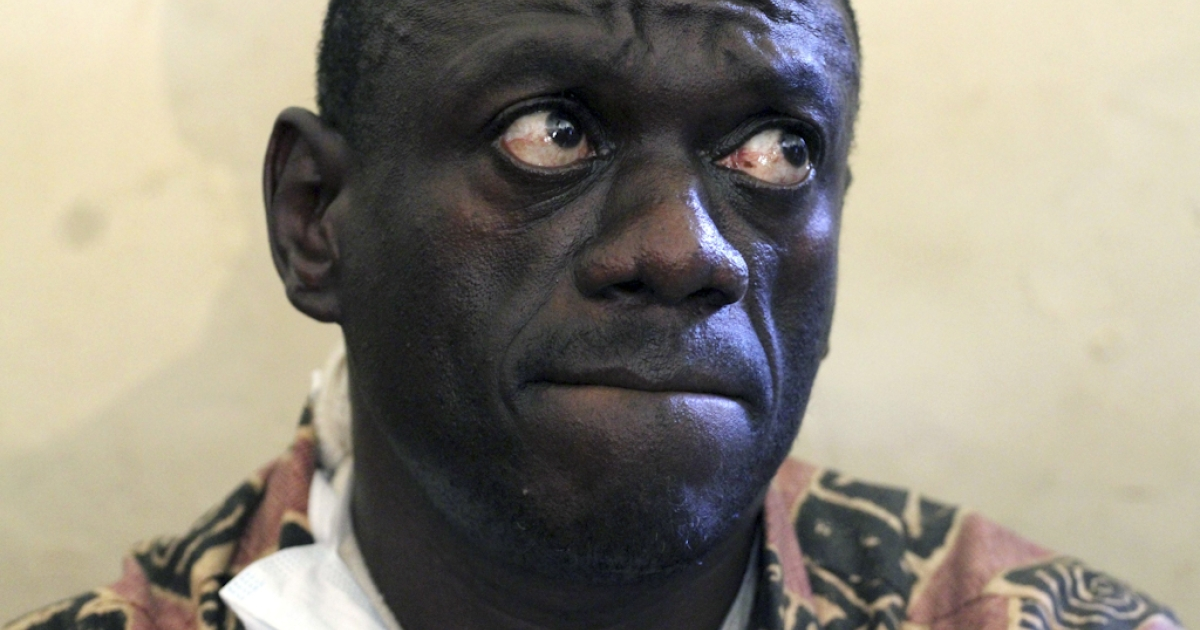 Photo taken on April 18, 2011 shows opposition leader Kizza Besigye awaiting with a broken-arm the judgement of the local court in Kasangati after he was arrested in the morning to be charged for his activities a week earlier, when he tried to lead a protest march.</p>