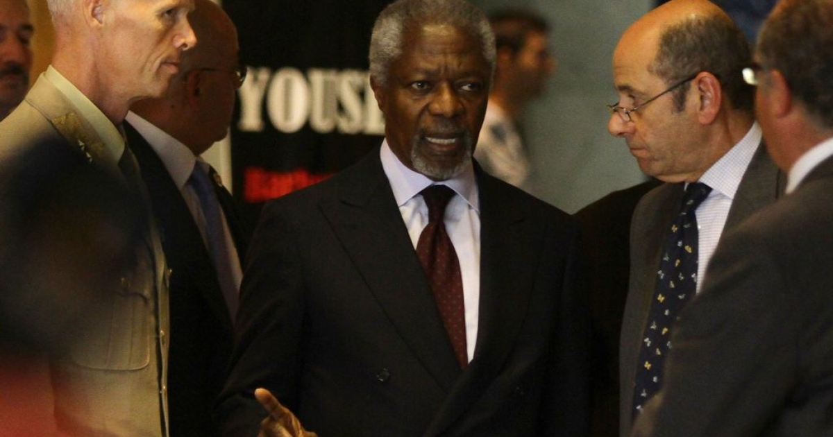 UN-Arab League peace envoy Kofi Annan (C) speaks with UN mission chief in Syria Major General Robert Mood (L) as Annan's spokesman Ahmad Fawzi (2nd R) listens on upon the envoy's arrival in Damascus for talks with top officials on May 28, 2012.</p>
