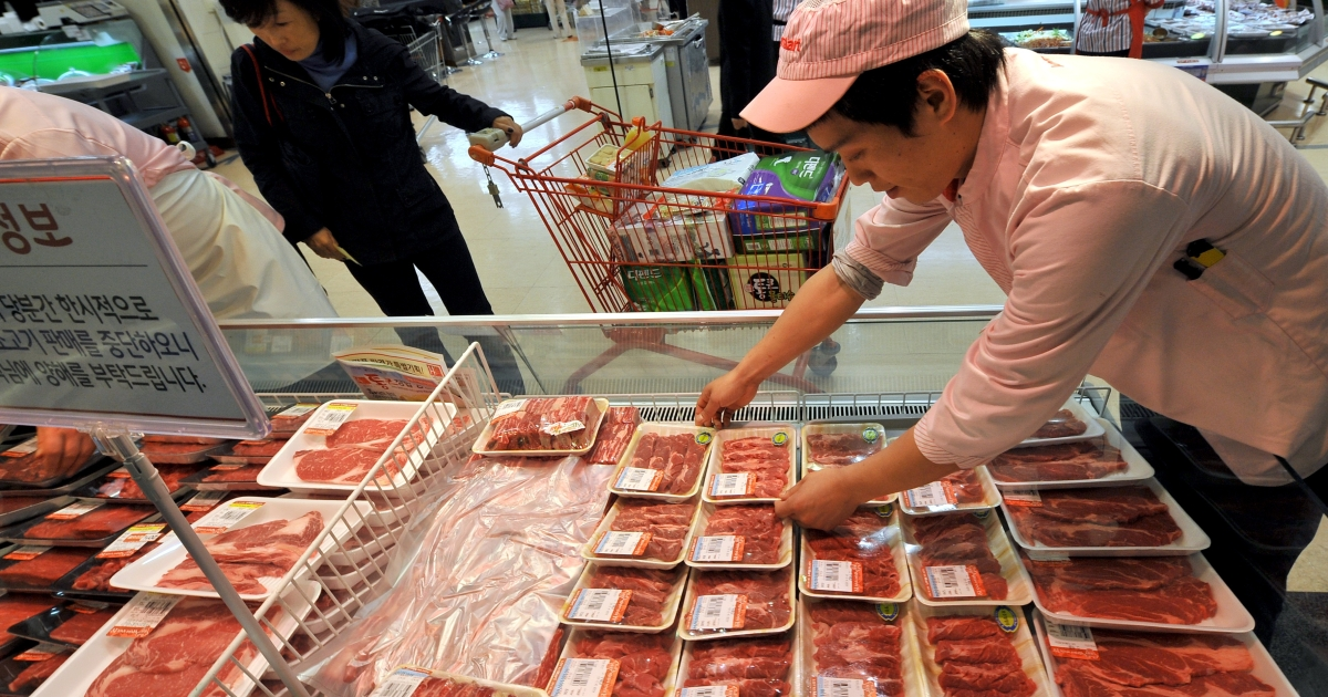 A South Korean employee displays Australian beef at Lotte Mart, which suspended all sales of all US beef in South Korea after a case of mad cow disease was discovered in central California.</p>