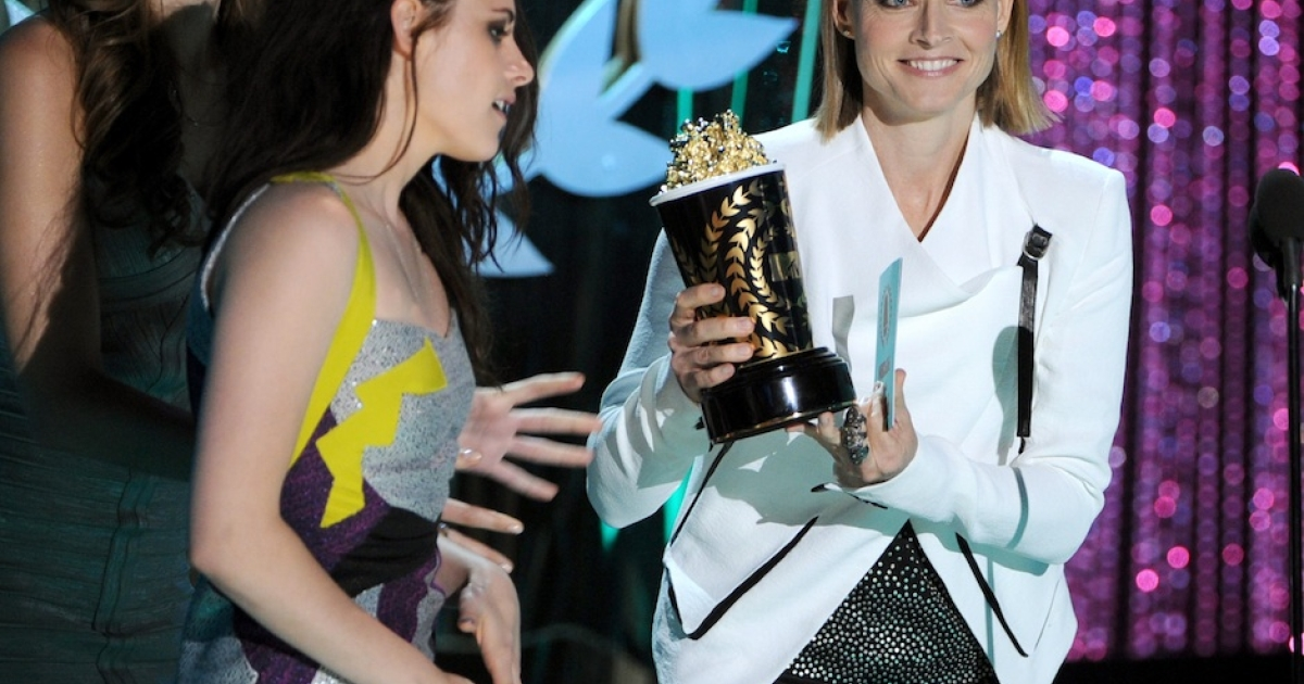 Kristen Stewart accepts the Best Movie award from Jodie Foster during the 2012 MTV Movie Awards at the Gibson Amphitheatre on June 3 in Universal City, California.</p>