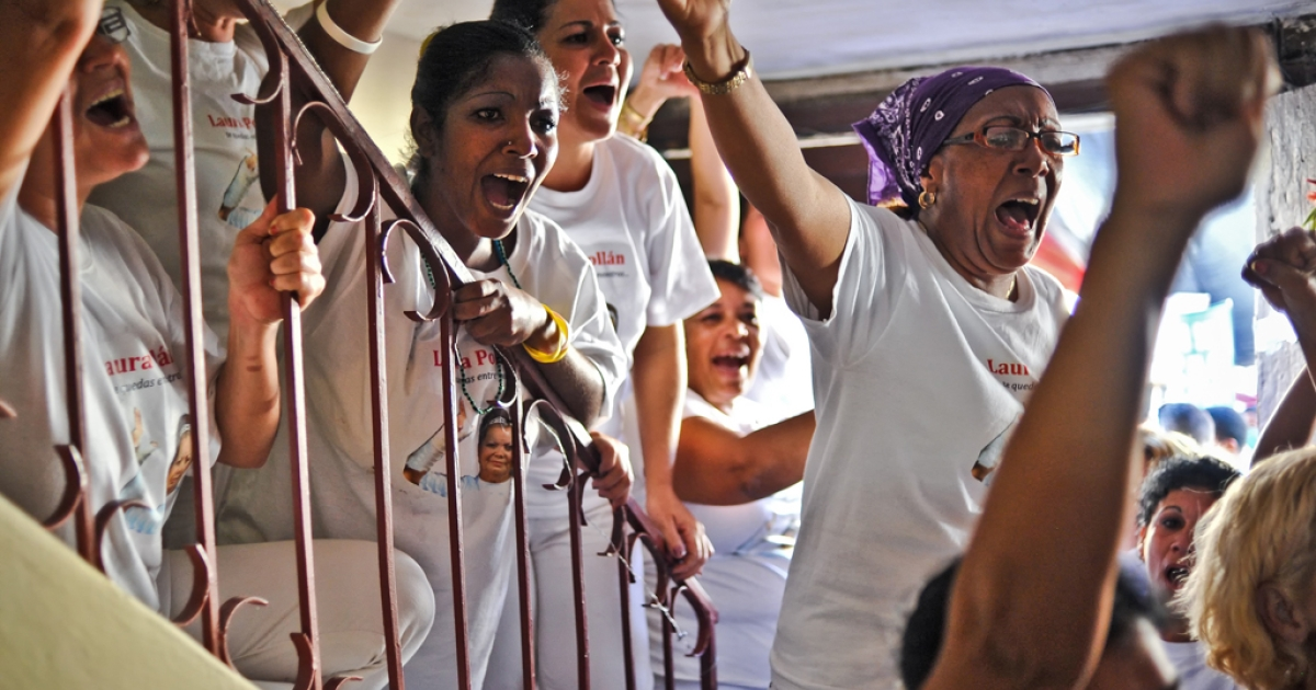 Acticvists of the Ladies in White opposition group protest against the Cuban government, on February 23, 2012 in Havana. The group commemorate the 2nd Anniversary of Cuban political prisoner Orlando Zapata's death in jail.</p>
