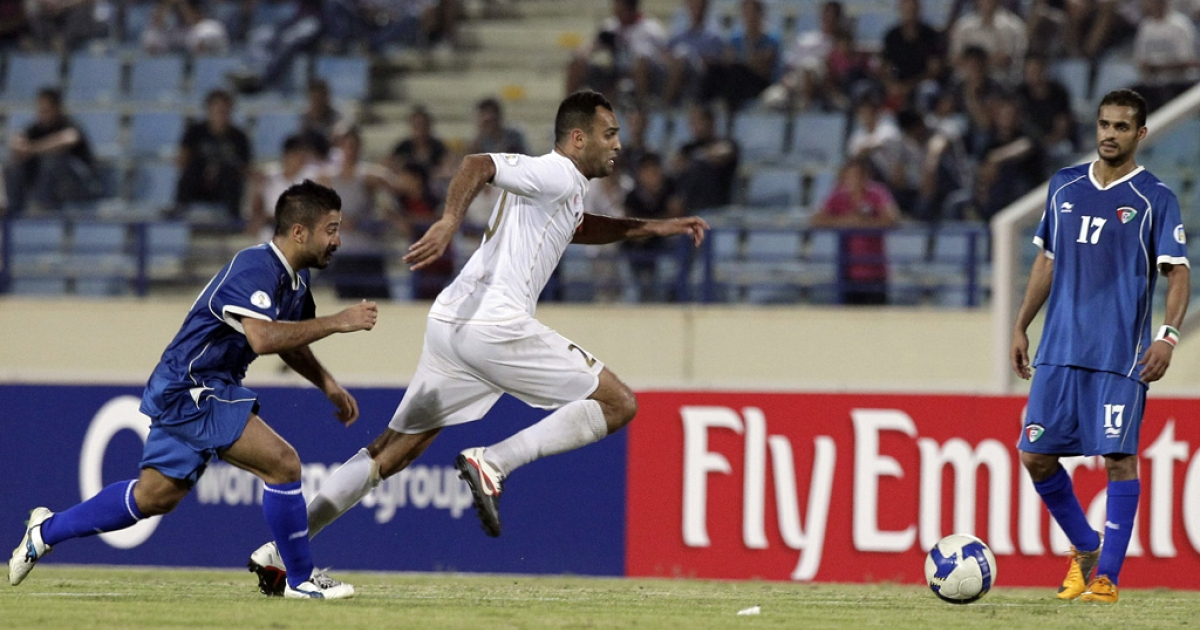 Kuwait's Midfielder Abdulaziz Mashan Al-Enezi (L) fights for the ball with Lebanon's Midlfielder Roda Antar (C) during their 2014 World Cup Asian zone qualifying football match in Beirut, on October 11, 2011. The match ended in a 2-2 draw. AFP PHOTO /JOSEPH EID</p>